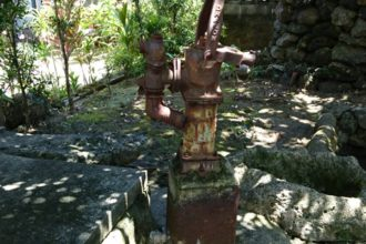 年季の入った井戸とポンプ